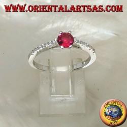Серебряное кольцо с круглым синтетическим рубином на тонком ряду с фианитом