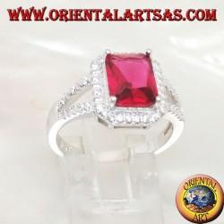 Серебряное кольцо с натуральным прямоугольным рубиновым набором, окруженным цирконами и двумя боковыми линиями
