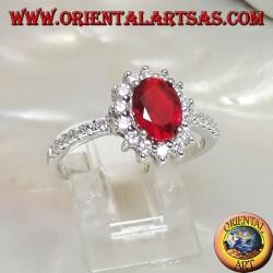 Серебряное кольцо с овальным синтетическим рубиновым набором, окруженным фианитом и рядом по бокам