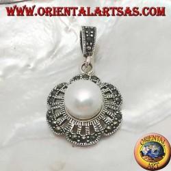Ciondolo in argento a foglia traforata con marcasite sui petali e perla d'acqua dolce gigante al centro