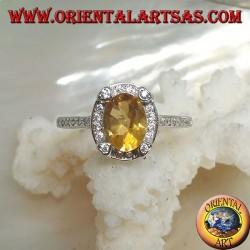 Anello in argento con topazio giallo naturale ovale contornato da zirconi e con quattro zirconi in rilievo