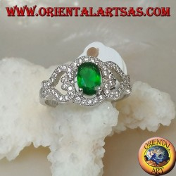Anello in argento con smeraldo sintetico ovale su montatura con cuori sui lati tempestata di zirconi
