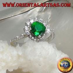 Anello in argento con smeraldo sintetico tondo incastonato contornato da zirconi piccoli e grandi