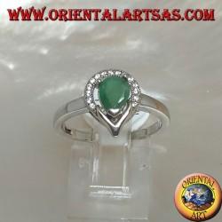 Anello in argento con smeraldo naturale a goccia contornato da un semicerchio di zirconi
