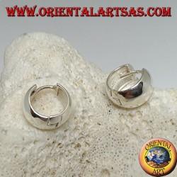 Orecchino in argento a cerchio semplice bombato e chiusura a scatto da 8 x 14 mm