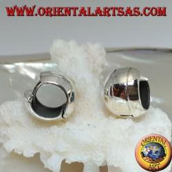 Orecchino in argento a cerchio semplice bombato  con due righe e chiusura a scatto da 10 x 14 mm