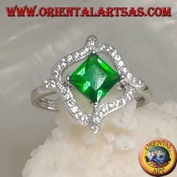Anello in argento con smeraldo sintetico quadrato romboidale e 4 linee ondulate di zirconi intorno