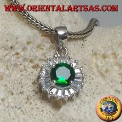 Ciondolo in argento con smeraldo sintetico tondo incastonato contornato da zirconi a taglio baguette