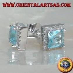 Boucles d'oreilles en argent avec topaze bleue naturelle sur un carré entouré de zircons