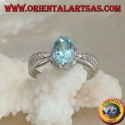 Anello in argento solitario con topazio azzurro naturale ovale incastonato e due file di zirconi sui lati