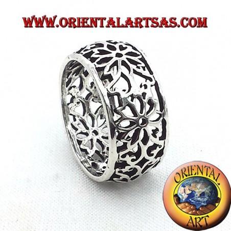 anello fascia traforata fiore bombato in argento