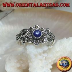 Bague en argent avec lapis-lazuli rond naturel et décorations florales parsemées de marcassite