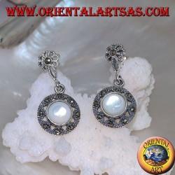 Orecchini in argento con fiorellino a lobo e dischetto pendente tempestati di marcassite e madreperla tonda