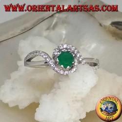 Anello in argento con smeraldo naturale tondo incastonato avvolto da una striscia di zirconi