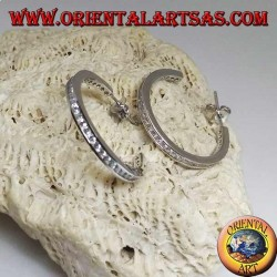 Orecchini in argento a cerchio semplice squadrato con fila di zirconi bianchi centrali da 25 mm