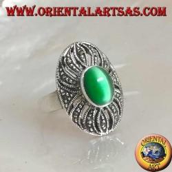 Bague en argent avec oeil de chat vert ovale sur un décor ajouré parsemé de marcassite