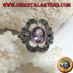 Anello in argento con ametista naturale ovale su montatura a fiocco traforato tempestato di marcassite