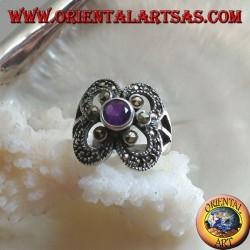 Anello in argento con ametista naturale tonda contornata da marcassite su montatura a cerchi