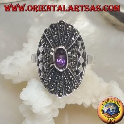 Anello in argento con ametista naturale ovale su montatura traforata e doppio ventaglio a specchio in marcassite