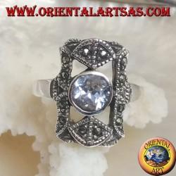 Anello in argento con zircone celeste tondo in un rettangolo traforato con marcassiti