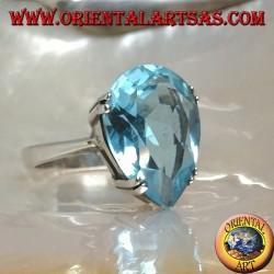 Anillo de plata con topacio azul grande con una garra engastada