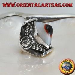 Anello in argento con agata occhio di Shiva sporgente ovale bicolore su montatura nepalese