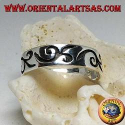 Anello in argento a fedina con motivo curvilineo inciso