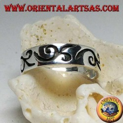 Silver ring with engraved curvilinear motif