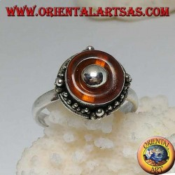 Anello in argento con dischetto in ambra naturale e pallina centrale