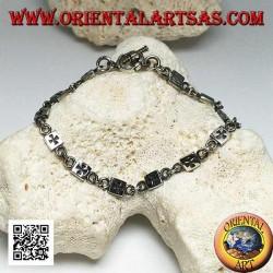 Weiches Silberarmband mit Plaketten mit eingraviertem Basrelief im Wechsel mit Ringen