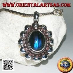 Ciondolo in argento con labradorite a fluorescenza blu ovale a cabochon contornata da dischetti traforati