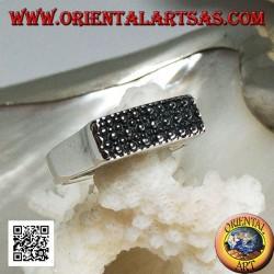 Silberring mit erhabener rechteckiger Platte mit großen und kleinen Punkten