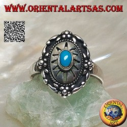 Schild silberner Ring mit zentralem ovalem Türkis auf gravierter Sonne und Blumen am Rand verziert