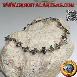 Мягкий серебряный браслет с рядом золотых рыбок