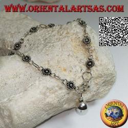 Bracciale in argento morbido con fiorellini e catenina con campanella pendente