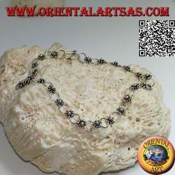Мягкий серебряный браслет с цветами и обручами