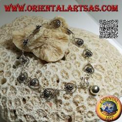 Bracciale in argento morbido a catenella di fiori nella goccia e campanella finale