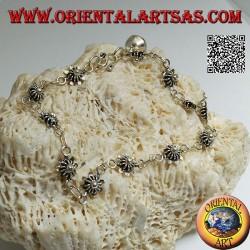 Bracciale in argento morbido con fiori con piastra sotto e campanella finale