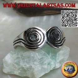 Anillo de plata con dos espirales grabadas colocadas una al lado de la otra.