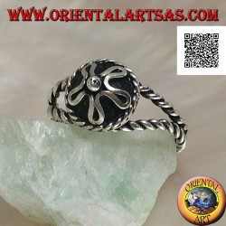 Intertwined silver ring with handmade Nepalese central hat