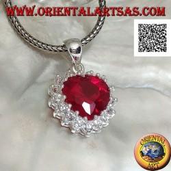 Ciondolo in argento con zircone color rubino a cuore incastonato contornato da zirconi bianchi