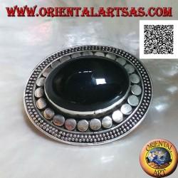 Spilla in argento con onice ovale grande cabochon contornata da dischetti e due fili di puntini