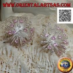 Orecchini in argento da lobo a forma di anemone di mare con lavorazione satinata e zirconi rosa incastonati