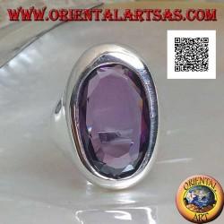Anello in argento con ametista ovale sfaccettata su montatura liscia ovale asimmetrica