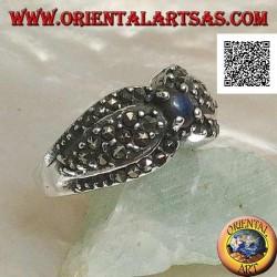 خاتم من الفضة مع لازورد دائري طبيعي في المنتصف بين قطرتين مرصعتين بالماركاسيت