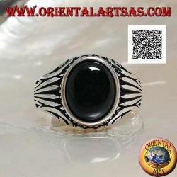 Silberring mit ovalem Onyx-Cabochon, umgeben von seitlich eingravierten Punkten und Streifen