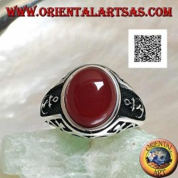 Silver ring with oval cabochon carnelian with engravings and still in relief on the sides
