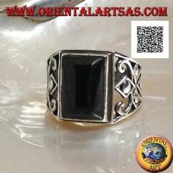 Silberring mit rechteckigem Onyx-Cabochon und durchbrochener Dekoration an den Seiten