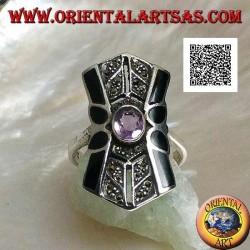 Anello in argento con ametista naturale ovale su montatura squadrata con decorazione in marcassite e onice sui lati