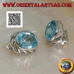 Boucles d'oreilles lobe en argent avec topaze ovale bleue avec armure ajourée sur les côtés et fermeture à levier